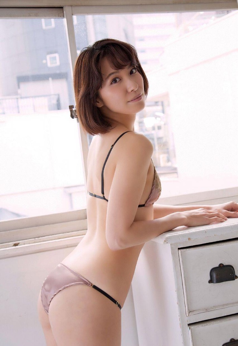 【戸田れいグラビア画像】三十路を越えても現役グラドルであり続けるエッチな美尻お姉さん! 39