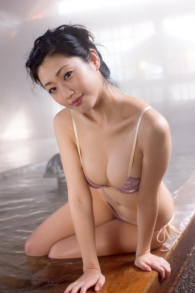 【壇蜜エロ画像】変わった芸名とセクシーな脱ぎっぷりで印象に残ってしまう美熟女タレント 10