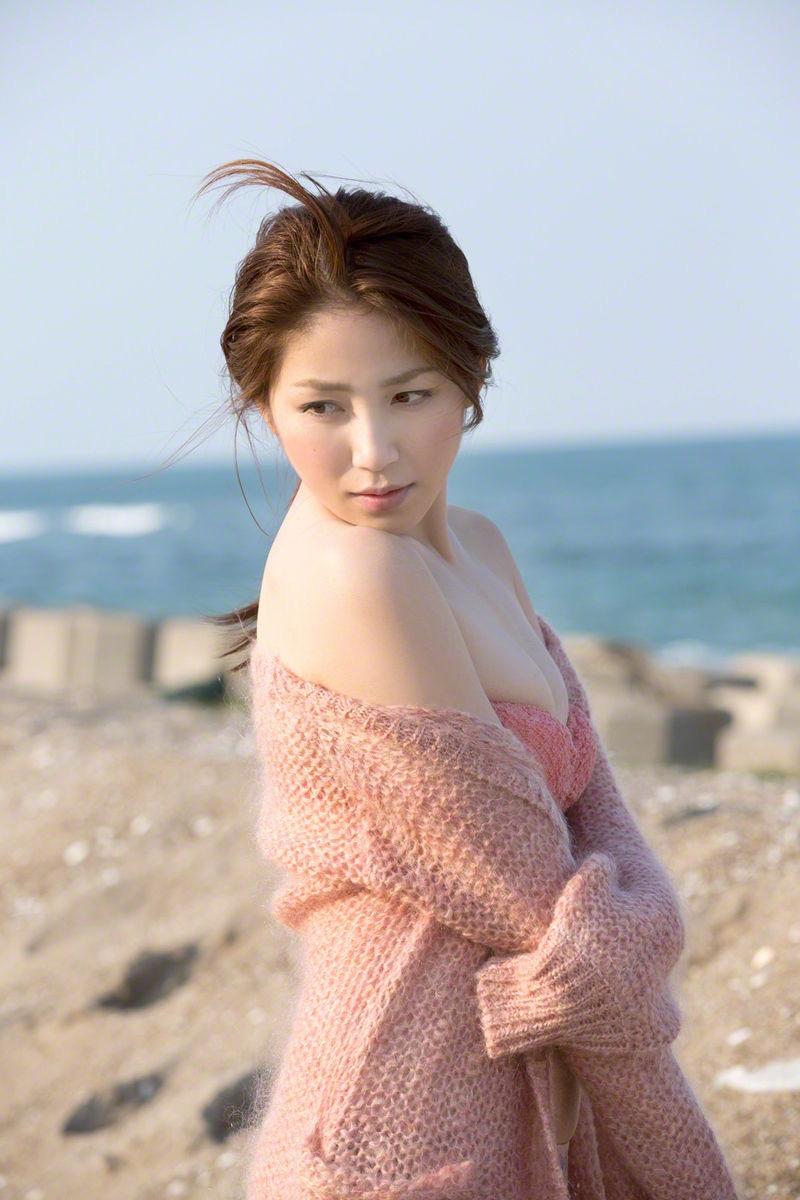 【吉川友グラビア画像】綺麗なお姉さんのエッチな谷間に埋まりたくなるグラビア水着画像 27
