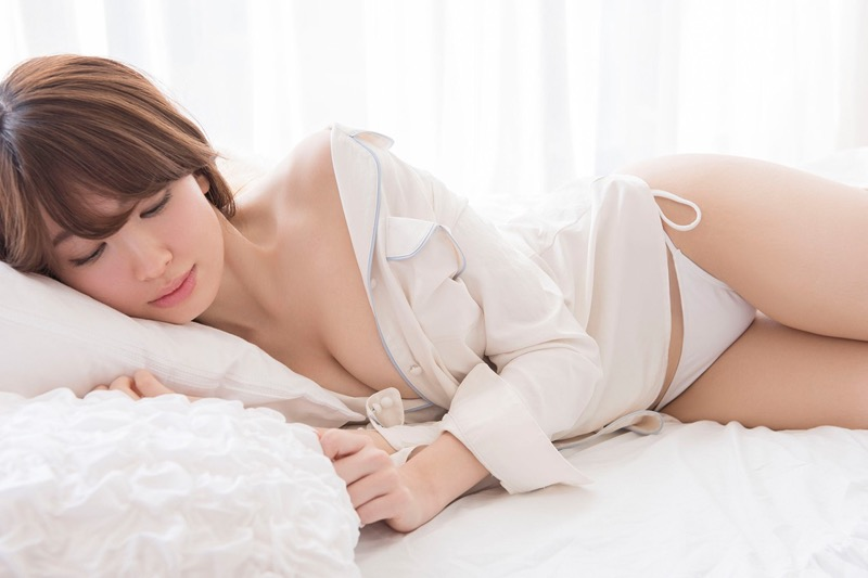 【小嶋陽菜グラビア画像】芸歴20周年目前の元AKB48アイドルが見せた谷間チラリ画像がこちら