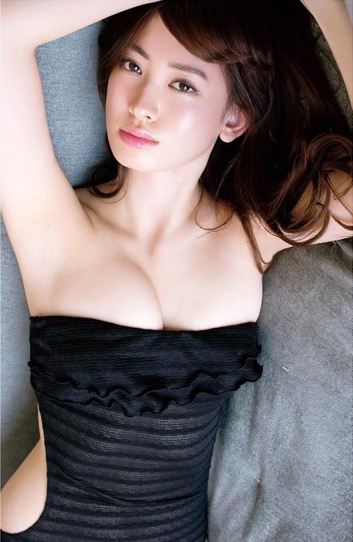 【小嶋陽菜グラビア画像】芸歴20周年目前の元AKB48アイドルが見せた谷間チラリ画像がこちら 08