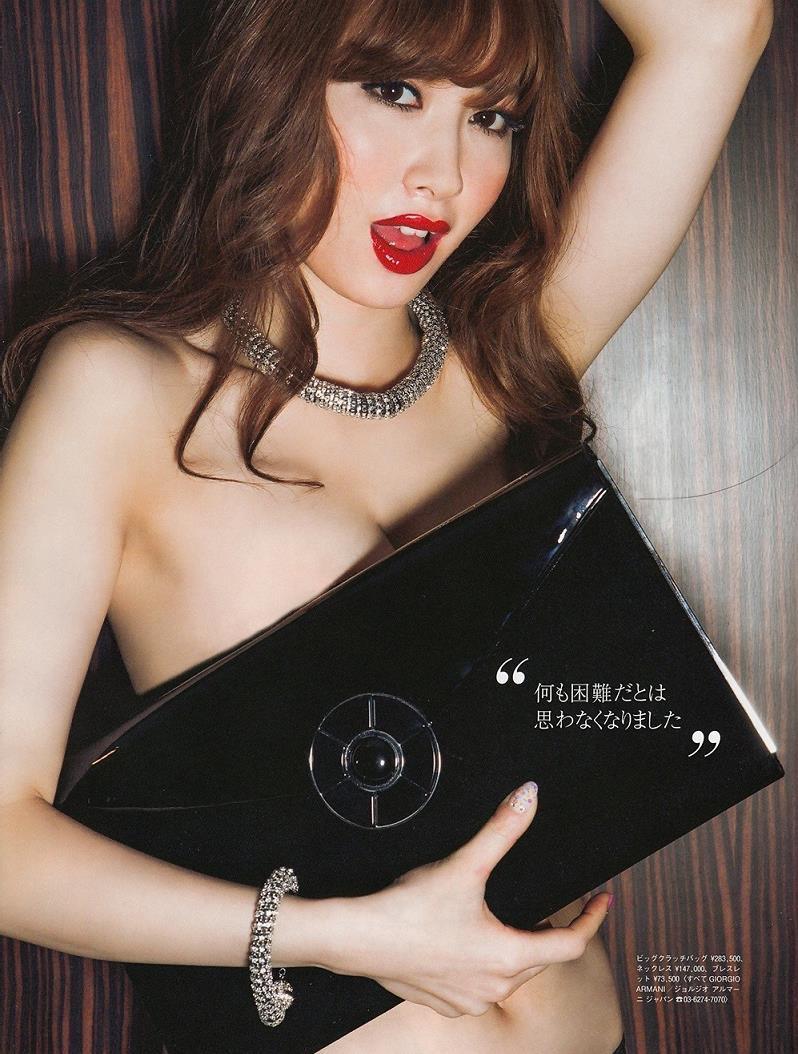 【小嶋陽菜グラビア画像】芸歴20周年目前の元AKB48アイドルが見せた谷間チラリ画像がこちら 09