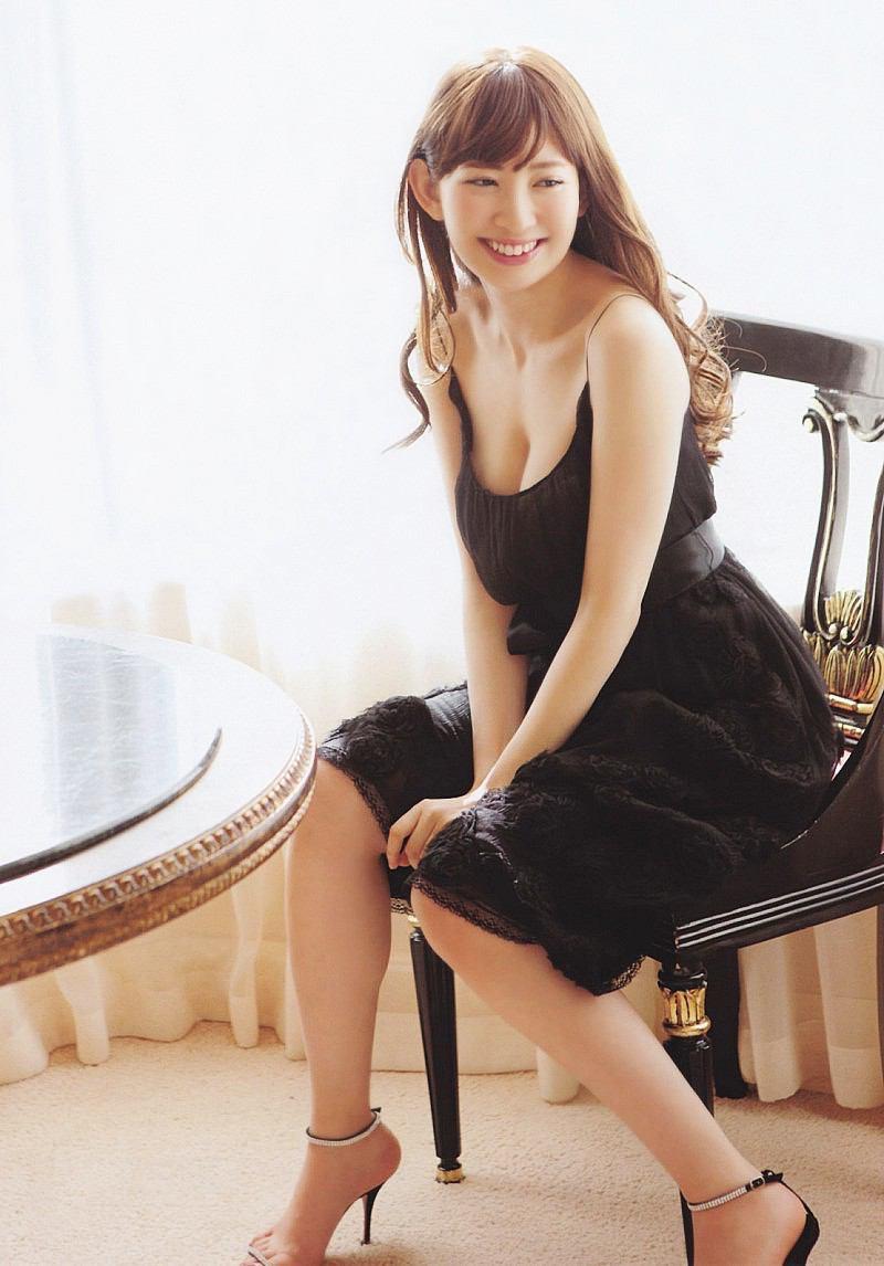 【小嶋陽菜グラビア画像】芸歴20周年目前の元AKB48アイドルが見せた谷間チラリ画像がこちら 14