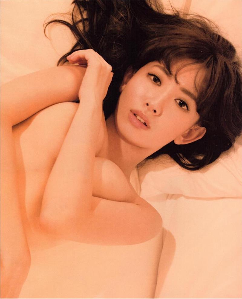 【小嶋陽菜グラビア画像】芸歴20周年目前の元AKB48アイドルが見せた谷間チラリ画像がこちら 58