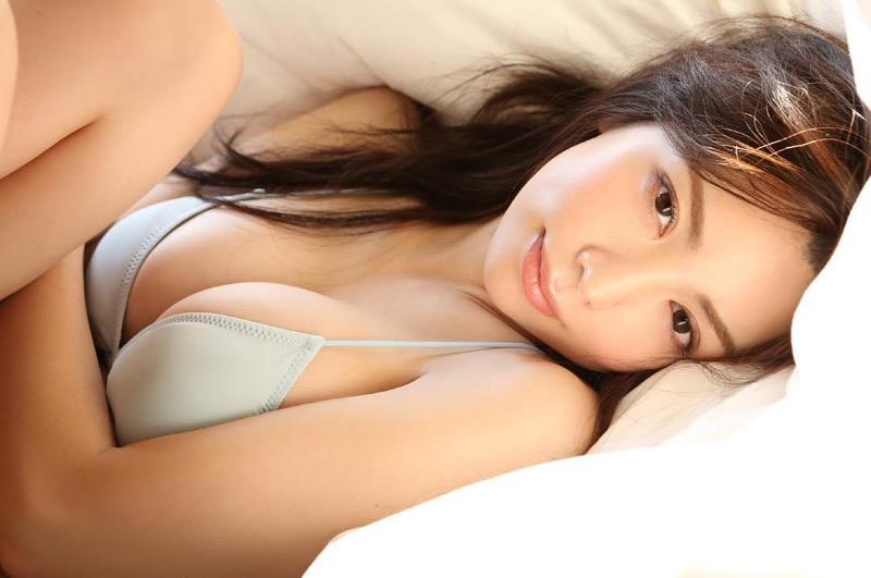 【仲村美海エロ画像】逸材すぎる遅咲きグラビアアイドルのセクシーな谷間全開Ecupボディ!