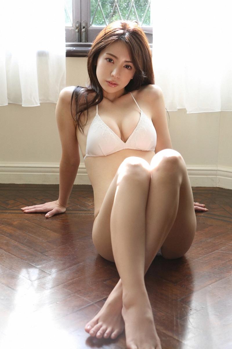 【仲村美海エロ画像】逸材すぎる遅咲きグラビアアイドルのセクシーな谷間全開Ecupボディ! 34