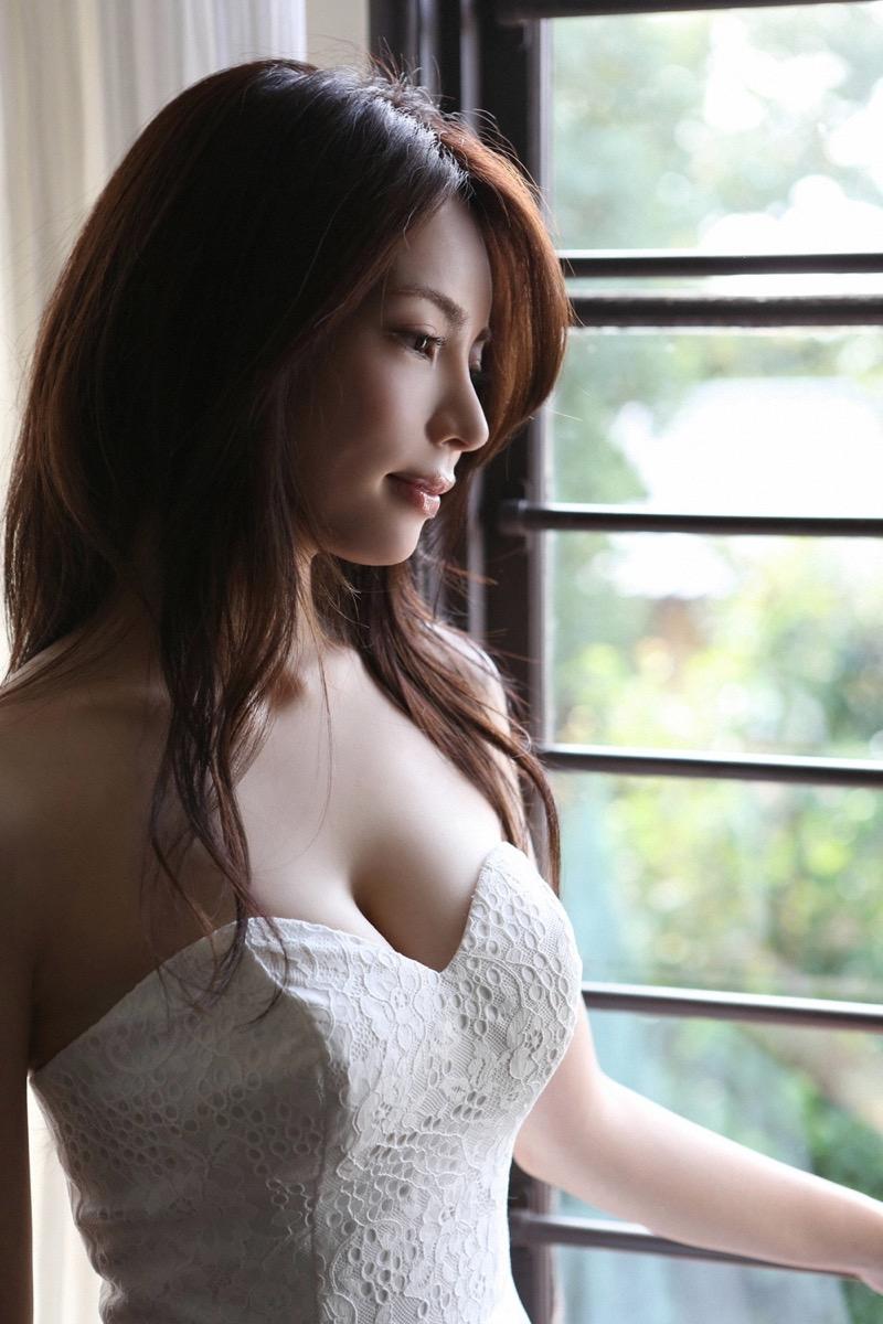 【仲村美海エロ画像】逸材すぎる遅咲きグラビアアイドルのセクシーな谷間全開Ecupボディ! 35