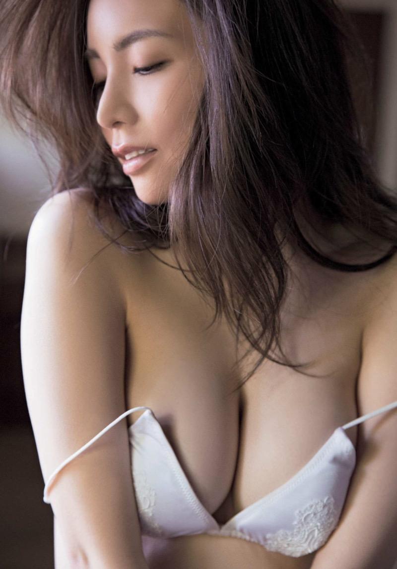 【仲村美海エロ画像】逸材すぎる遅咲きグラビアアイドルのセクシーな谷間全開Ecupボディ! 41
