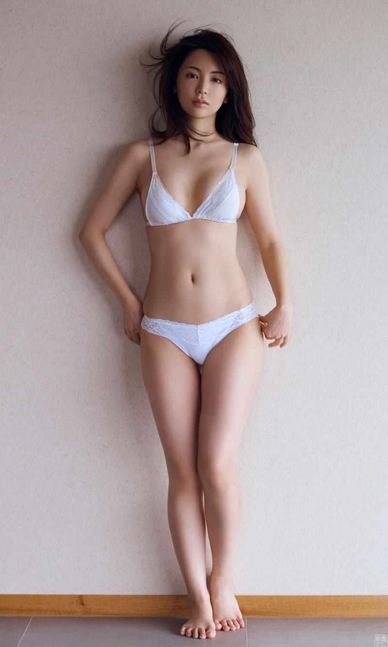 【仲村美海エロ画像】逸材すぎる遅咲きグラビアアイドルのセクシーな谷間全開Ecupボディ! 46