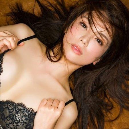 【仲村美海エロ画像】逸材すぎる遅咲きグラビアアイドルのセクシーな谷間全開Ecupボディ! 48
