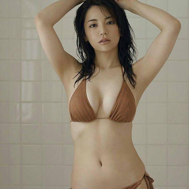 【仲村美海エロ画像】逸材すぎる遅咲きグラビアアイドルのセクシーな谷間全開Ecupボディ! 50