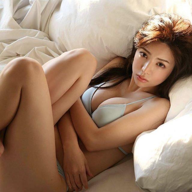 【仲村美海エロ画像】逸材すぎる遅咲きグラビアアイドルのセクシーな谷間全開Ecupボディ! 52