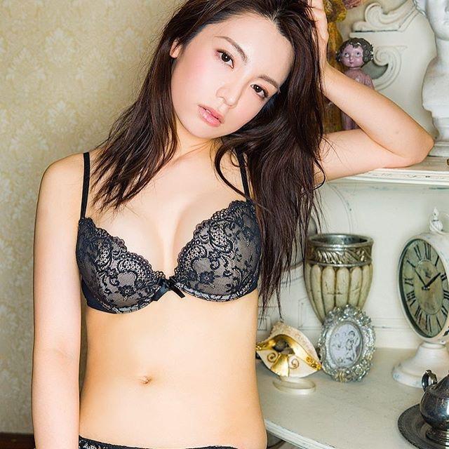 【仲村美海エロ画像】逸材すぎる遅咲きグラビアアイドルのセクシーな谷間全開Ecupボディ! 60
