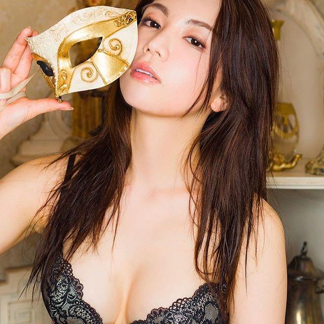 【仲村美海エロ画像】逸材すぎる遅咲きグラビアアイドルのセクシーな谷間全開Ecupボディ! 64