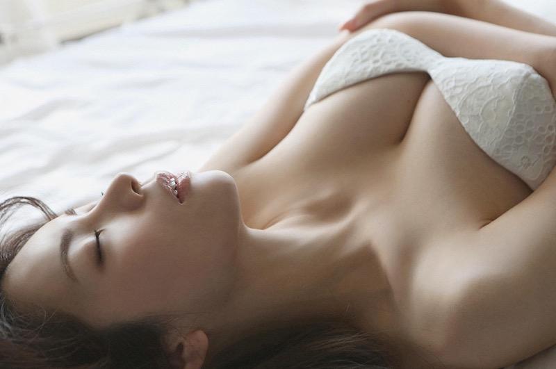【仲村美海エロ画像】逸材すぎる遅咲きグラビアアイドルのセクシーな谷間全開Ecupボディ! 78