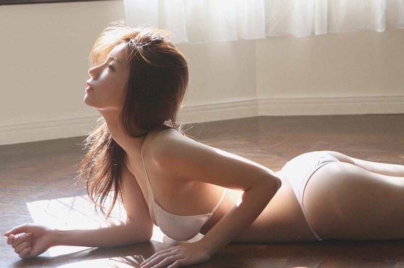 【仲村美海エロ画像】逸材すぎる遅咲きグラビアアイドルのセクシーな谷間全開Ecupボディ! 79