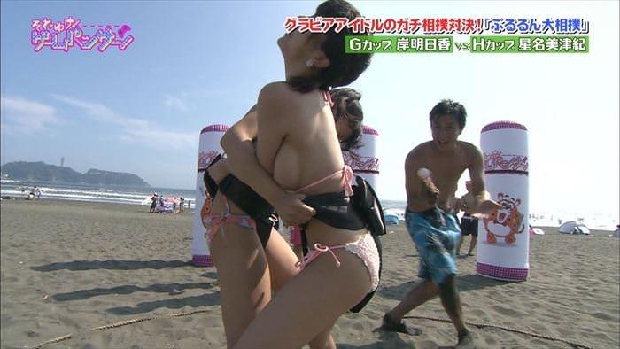 【放送事故エロ画像】テレビ放送中にタレントや女子アナが乳首が見えそうになってるんだがwwww 14