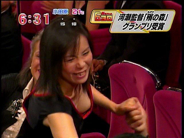 【放送事故エロ画像】テレビ放送中にタレントや女子アナが乳首が見えそうになってるんだがwwww 16
