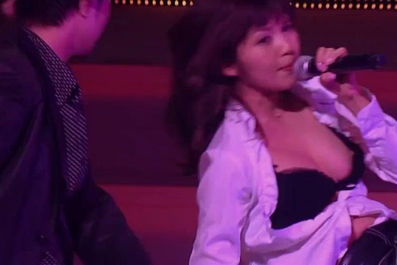 【放送事故エロ画像】テレビ放送中にタレントや女子アナが乳首が見えそうになってるんだがwwww 35