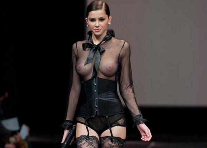 【ファッションショーエロ画像】乳首が見えてもどうって事無い美人モデルのプロフェッショナル感wwww