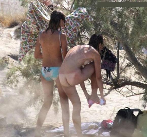 【着替え盗撮エロ画像】着替え女子があまりに無防備だったんでこっそり隠し撮りしたったwwww 25