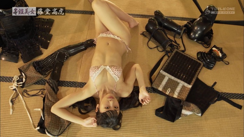 【水着キャプ画像】ビキニ姿のグラビアアイドルが戦国武将の甲冑と戯れてるんだがwwww 10