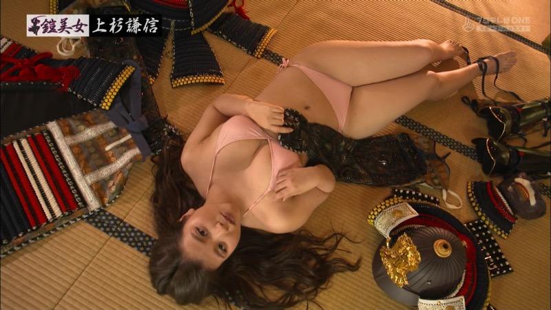 【水着キャプ画像】ビキニ姿のグラビアアイドルが戦国武将の甲冑と戯れてるんだがwwww 72