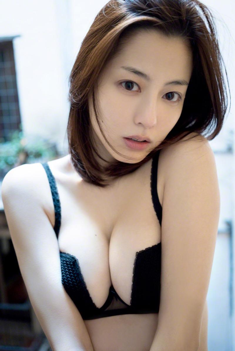 【杉本有美グラビア画像】色白オッパイの谷間がエロくてチンコを突っ込みたくなるモデル美女! 16