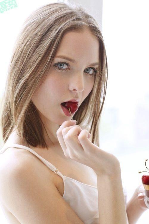 【疑似フェラ画像】食べ物をまるでフェラチオしてるみたいに舐めて頬張る女がエロ過ぎたwwww 03