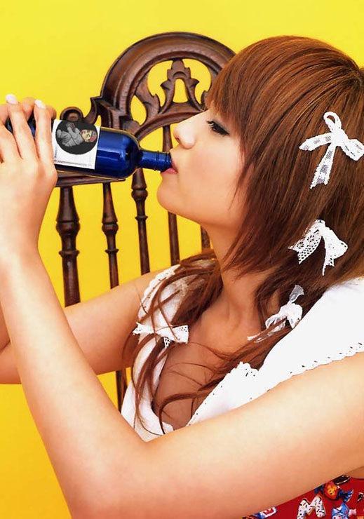 【疑似フェラ画像】食べ物をまるでフェラチオしてるみたいに舐めて頬張る女がエロ過ぎたwwww 04