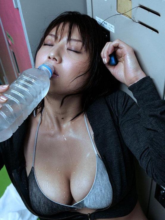 【疑似フェラ画像】食べ物をまるでフェラチオしてるみたいに舐めて頬張る女がエロ過ぎたwwww 05