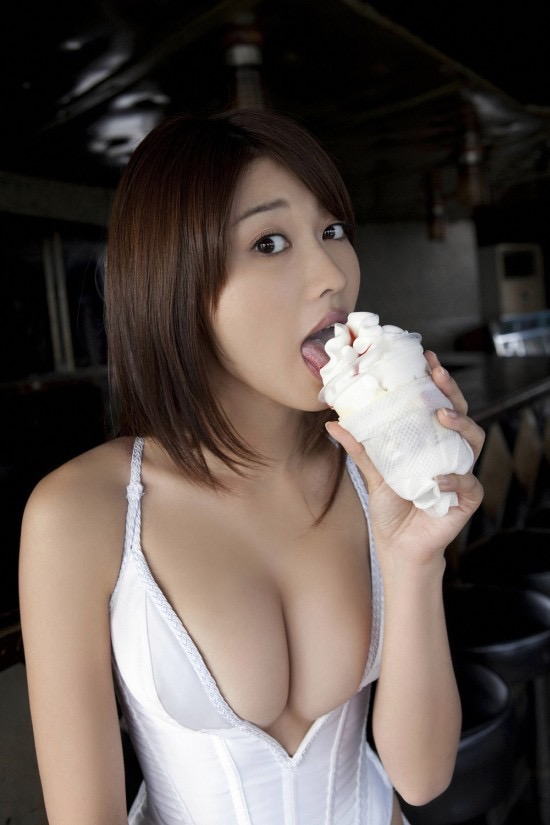 【疑似フェラ画像】食べ物をまるでフェラチオしてるみたいに舐めて頬張る女がエロ過ぎたwwww 10