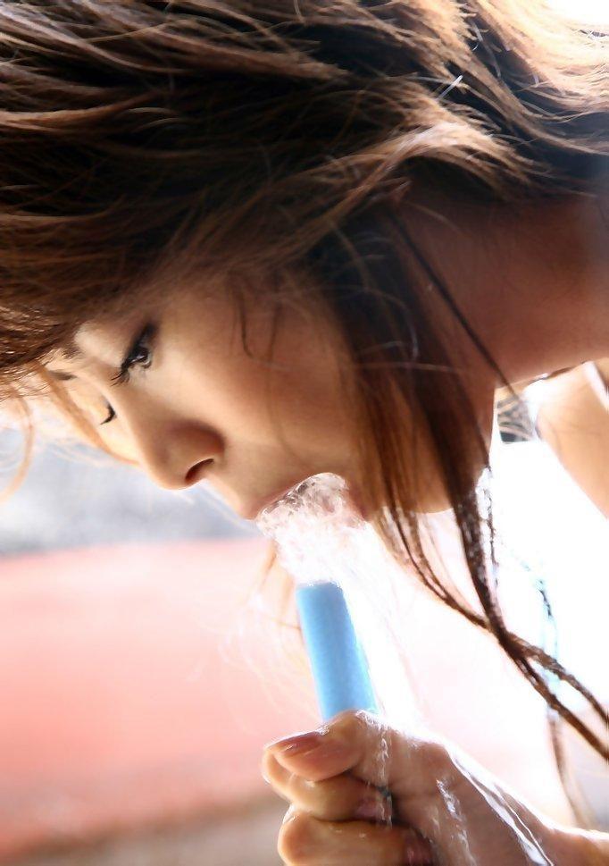 【疑似フェラ画像】食べ物をまるでフェラチオしてるみたいに舐めて頬張る女がエロ過ぎたwwww 12