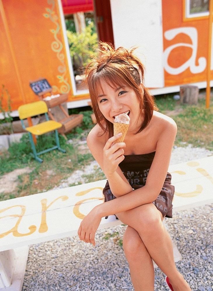 【疑似フェラ画像】食べ物をまるでフェラチオしてるみたいに舐めて頬張る女がエロ過ぎたwwww 19