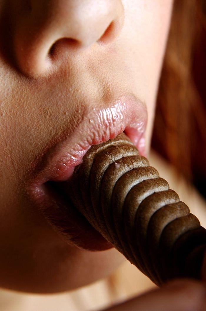 【疑似フェラ画像】食べ物をまるでフェラチオしてるみたいに舐めて頬張る女がエロ過ぎたwwww 22