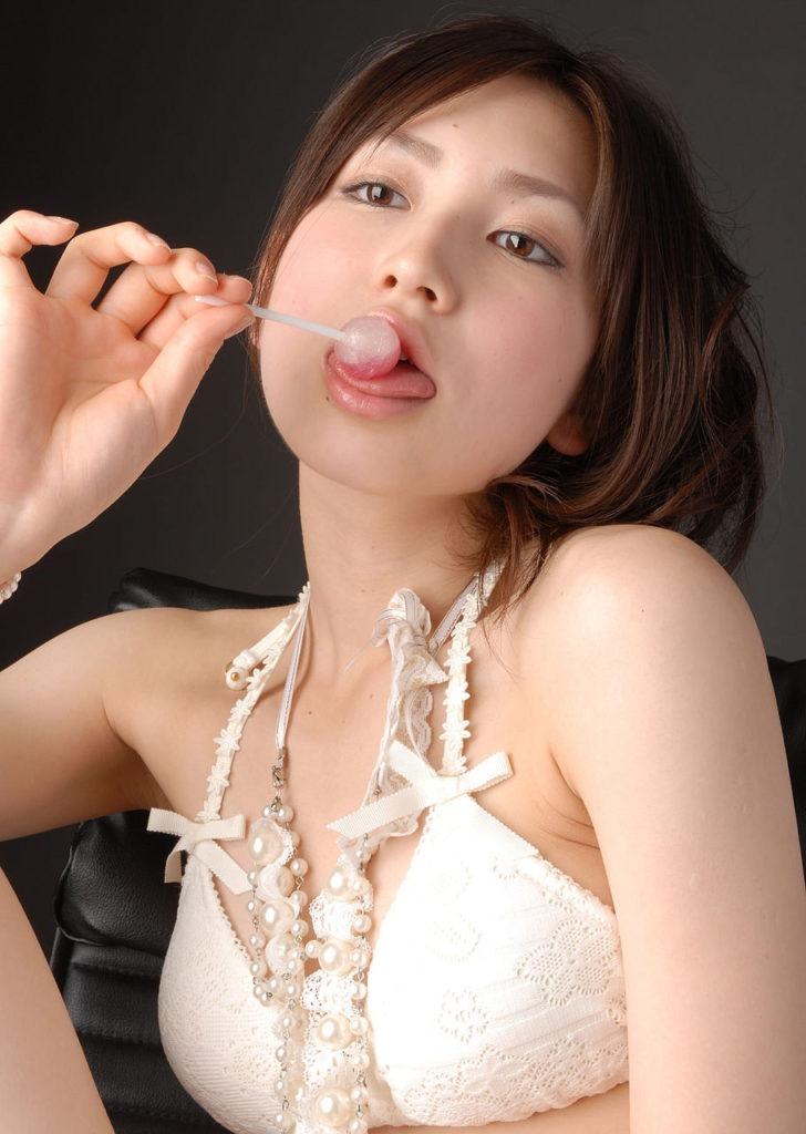 【疑似フェラ画像】食べ物をまるでフェラチオしてるみたいに舐めて頬張る女がエロ過ぎたwwww 23