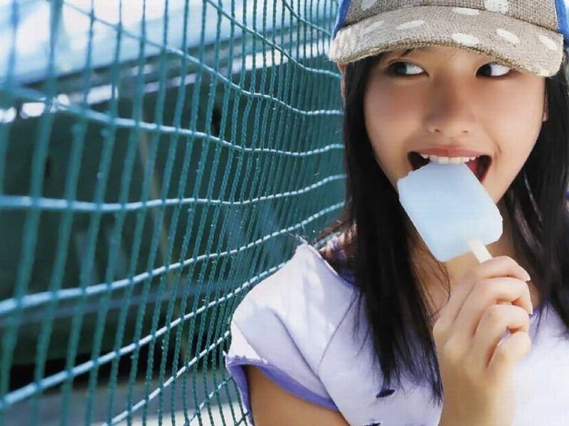 【疑似フェラ画像】食べ物をまるでフェラチオしてるみたいに舐めて頬張る女がエロ過ぎたwwww 34