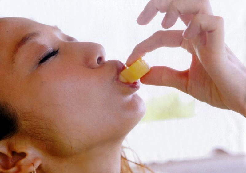 【疑似フェラ画像】食べ物をまるでフェラチオしてるみたいに舐めて頬張る女がエロ過ぎたwwww 37