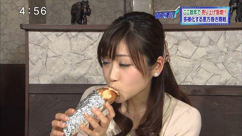 【疑似フェラ画像】食べ物をまるでフェラチオしてるみたいに舐めて頬張る女がエロ過ぎたwwww 39