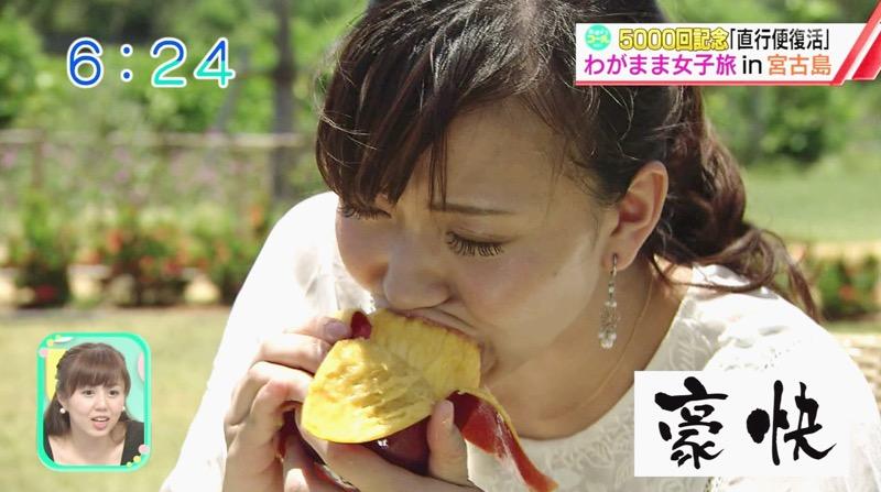 【疑似フェラ画像】食べ物をまるでフェラチオしてるみたいに舐めて頬張る女がエロ過ぎたwwww 53