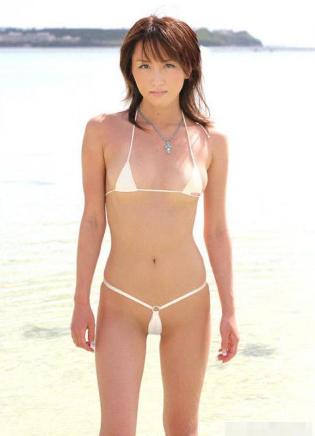 【変態水着エロ画像】フルヌードよりも恥ずかしいデザインがエロい水着姿のグラビア美女 16