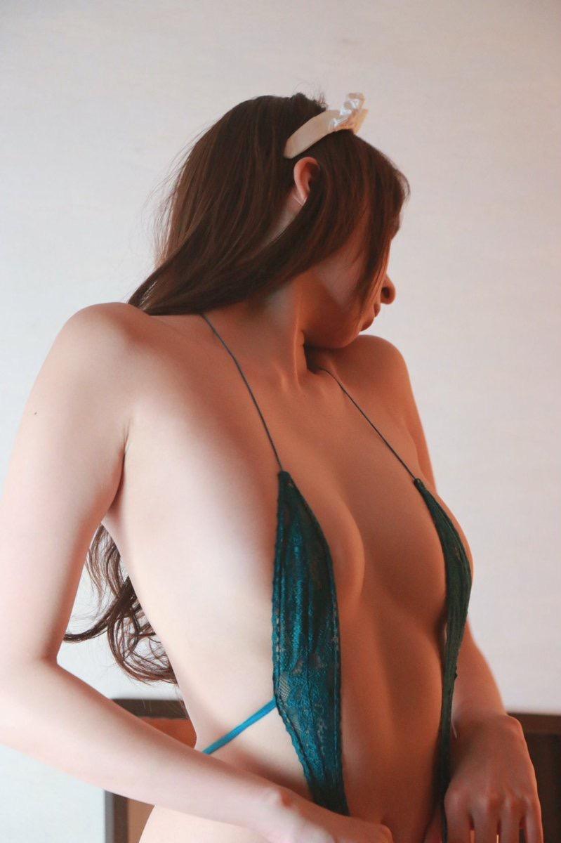 【変態水着エロ画像】フルヌードよりも恥ずかしいデザインがエロい水着姿のグラビア美女 38