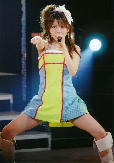 【モーニング娘。お宝画像】ステージやバラエティで大股を開いちゃったアイドル達のエロショット! 06