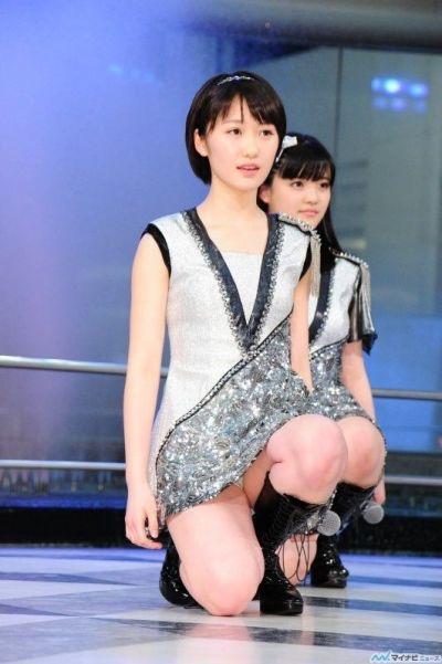 【モーニング娘。お宝画像】ステージやバラエティで大股を開いちゃったアイドル達のエロショット! 10