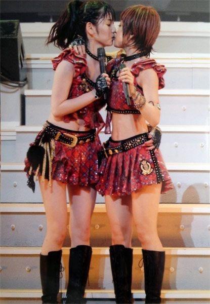 【モーニング娘。お宝画像】ステージやバラエティで大股を開いちゃったアイドル達のエロショット! 13
