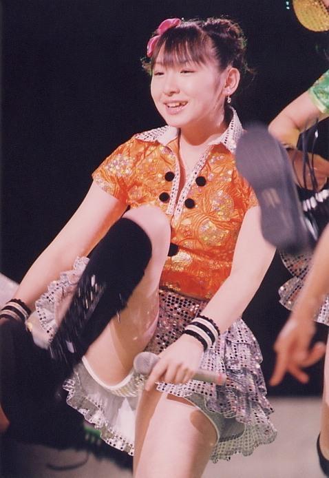 【モーニング娘。お宝画像】ステージやバラエティで大股を開いちゃったアイドル達のエロショット! 21