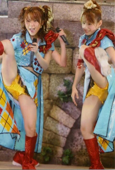 【モーニング娘。お宝画像】ステージやバラエティで大股を開いちゃったアイドル達のエロショット! 25