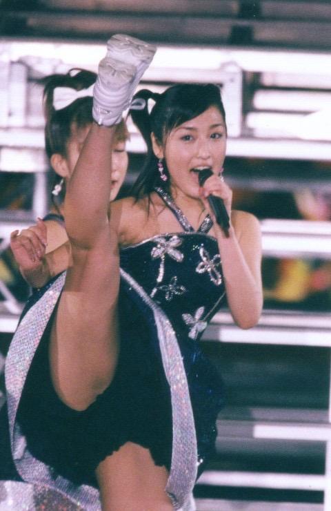 【モーニング娘。お宝画像】ステージやバラエティで大股を開いちゃったアイドル達のエロショット! 29