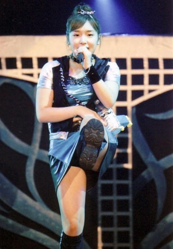 【モーニング娘。お宝画像】ステージやバラエティで大股を開いちゃったアイドル達のエロショット! 36