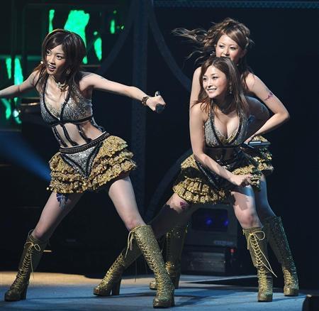 【モーニング娘。お宝画像】ステージやバラエティで大股を開いちゃったアイドル達のエロショット! 53